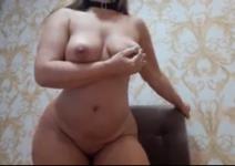 Menina se masturbando e pegando nos peitos grandes