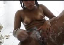 Novinha tomando banho e depilando a buceta