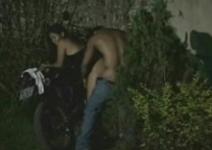 Sexo no moto dando a buceta de madrugada