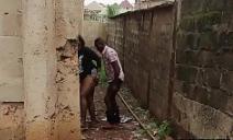 Negona rabuda trepando atrás do muro