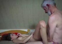 Sexo com avô pegando a ninfeta novinha