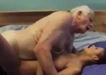 Sexo com avô que empinou a rola para foder a novinha