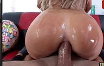 Porno bizarro da gostosa cheia de óleo transando
