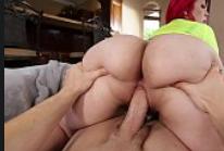 Tirando a virgindade da novinha puta que adora sentar