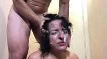 Novinha cheia de tesão com rosto cheio de esperma