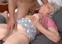 Vovó do sexo dando a buceta com vontade