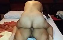 Encoxando a novinha dentro do motel que adora pica