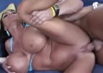 Mulher musculosa transando no filme pornô