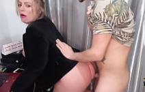 Pica grande na buceta da mulher gata